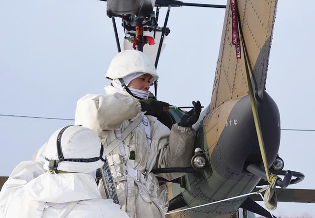 画像: 飛行前整備をする隊員