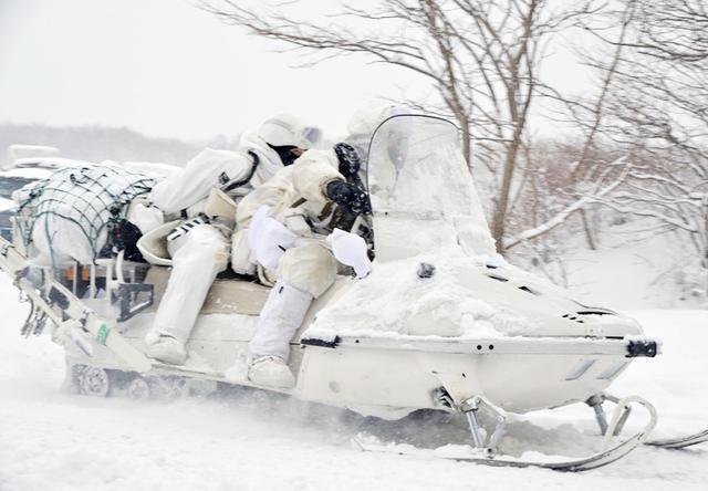 画像: 偵察へ前進する軽雪上車