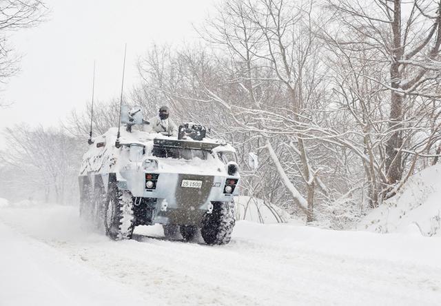 画像: 警戒前進する82式指揮通信車