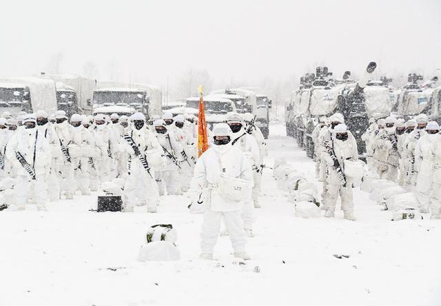 画像: 指揮を執る第7偵察隊長