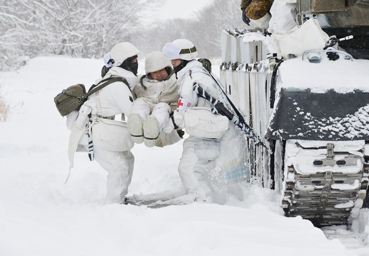 画像: 患者(模擬)を救出する隊員