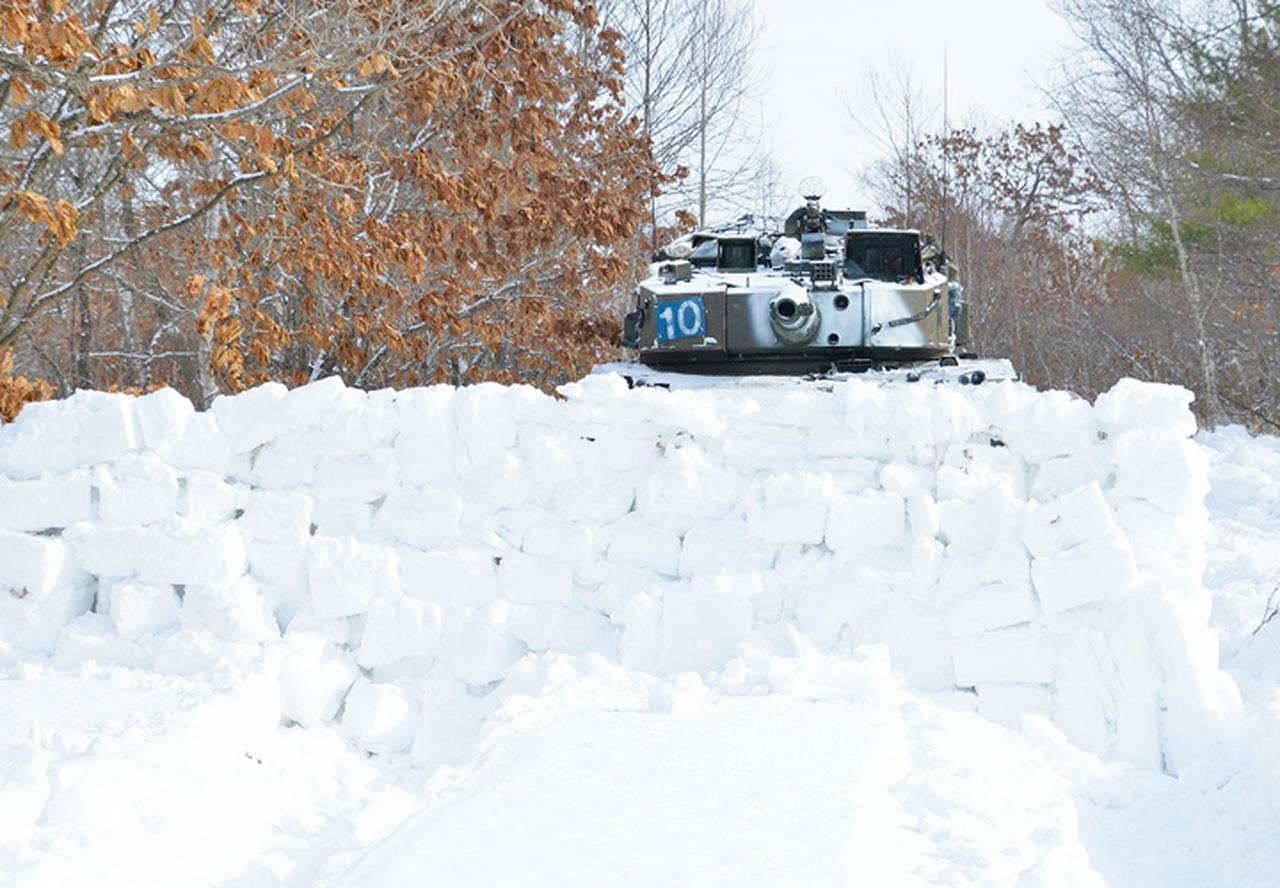画像: 雪壁から敵を狙う90式戦車
