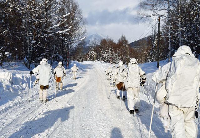 画像: スキー行進