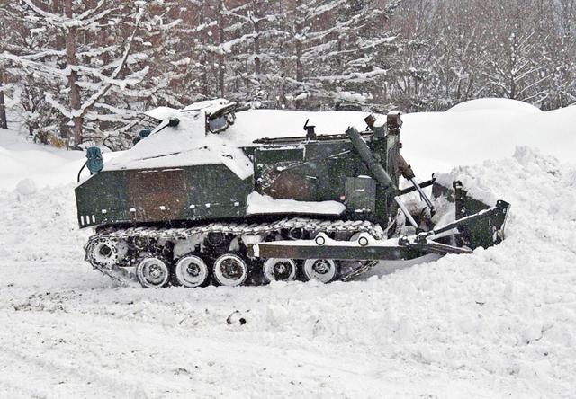 画像: 75式ドーザによる除雪