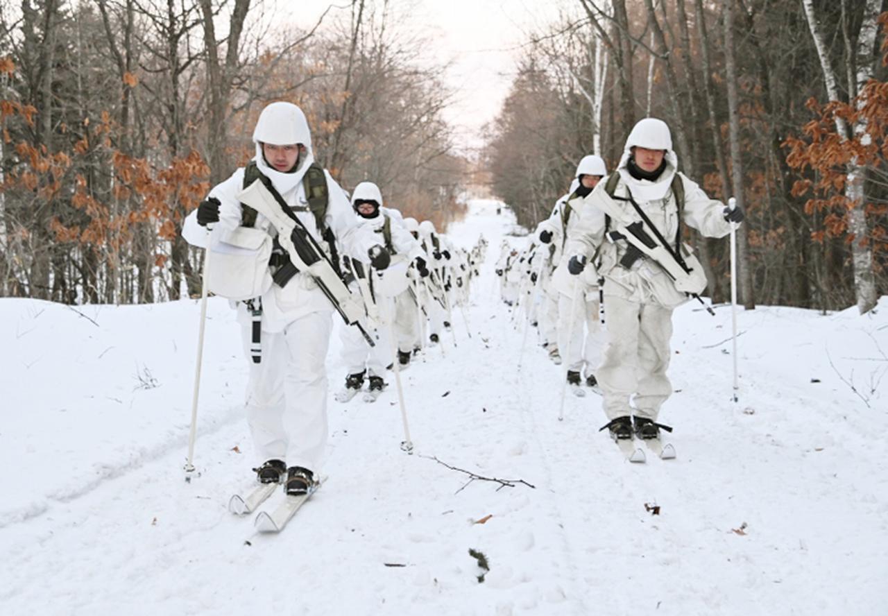 画像: 夜間のスキー行進(情報小隊)