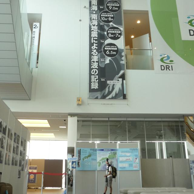 画像: 東日本大震災の3年後、阪神淡路大震災を知る親子旅へ。津波の高さを見あげて言葉を失う。(兵庫県 人と未来防災センター)