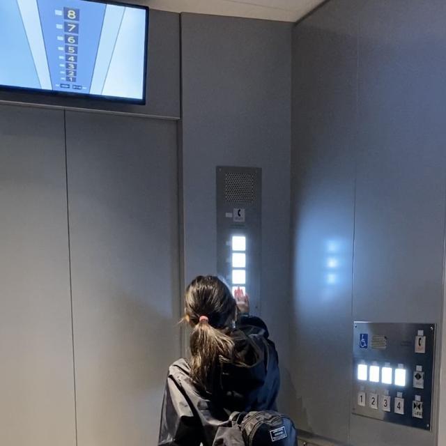 """画像: 地震発生時にエレベーター内にいたら、の模擬体験を""""楽しむ""""娘。(大阪市立阿倍野防災センター)"""