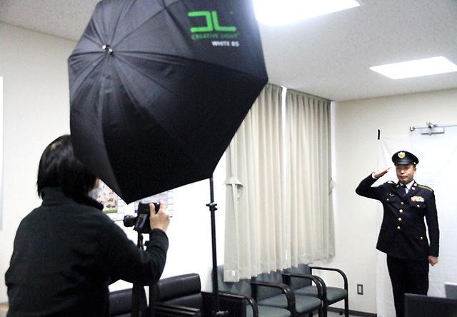 画像: 新潟日報の取材を受ける福井2陸曹