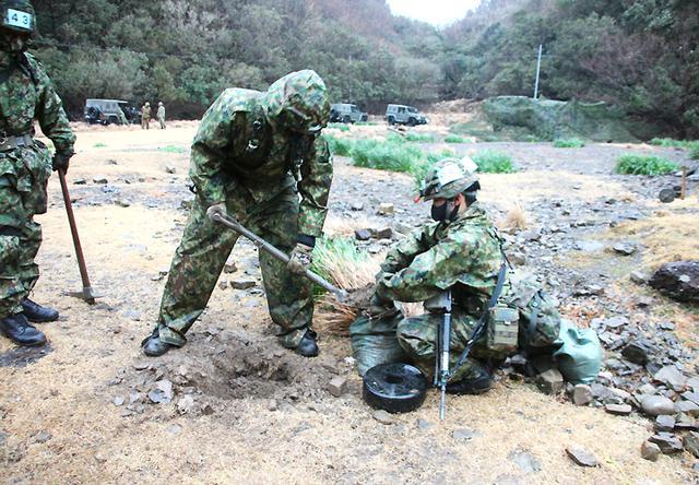 画像: 地雷埋設をする坂上海翔士長
