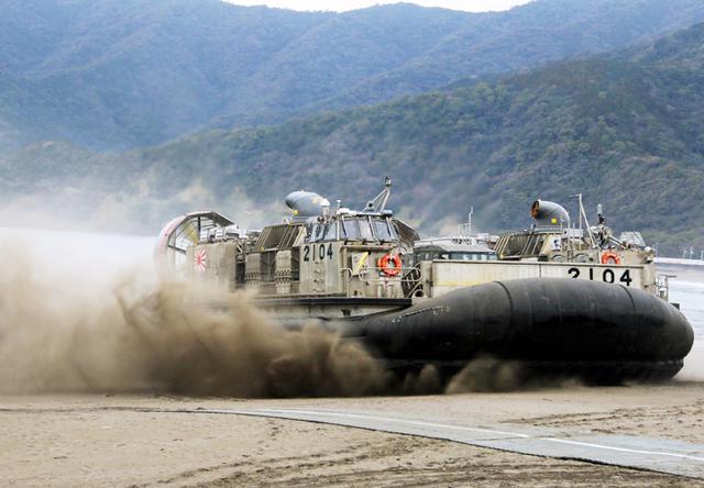 画像: 海岸に揚陸するエアクッション艇(LCAC)