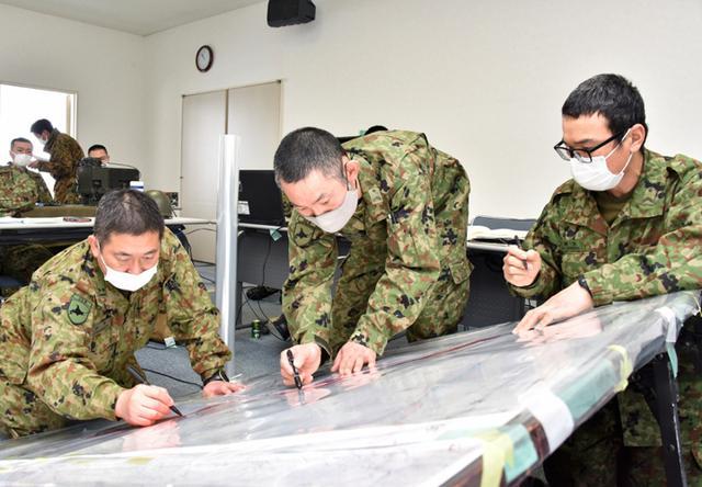 画像: 群指揮所で状況図の作成