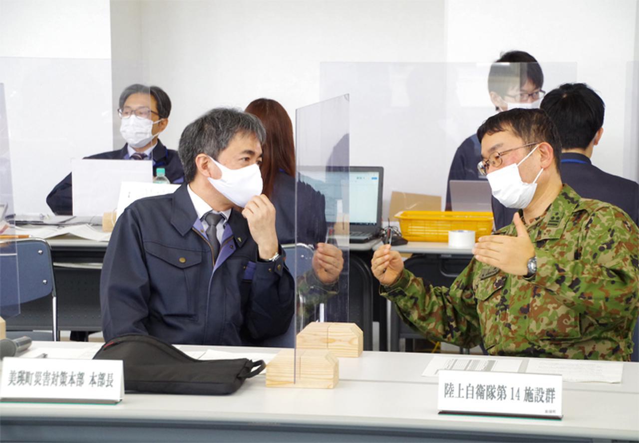 画像: 美瑛町災害対策本部長(美瑛町長)と連携要領を確認する上林群長