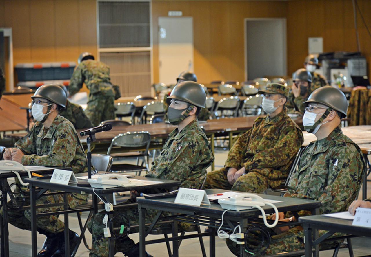 画像: 作戦指揮を執る遠藤旅団長(写真中央)