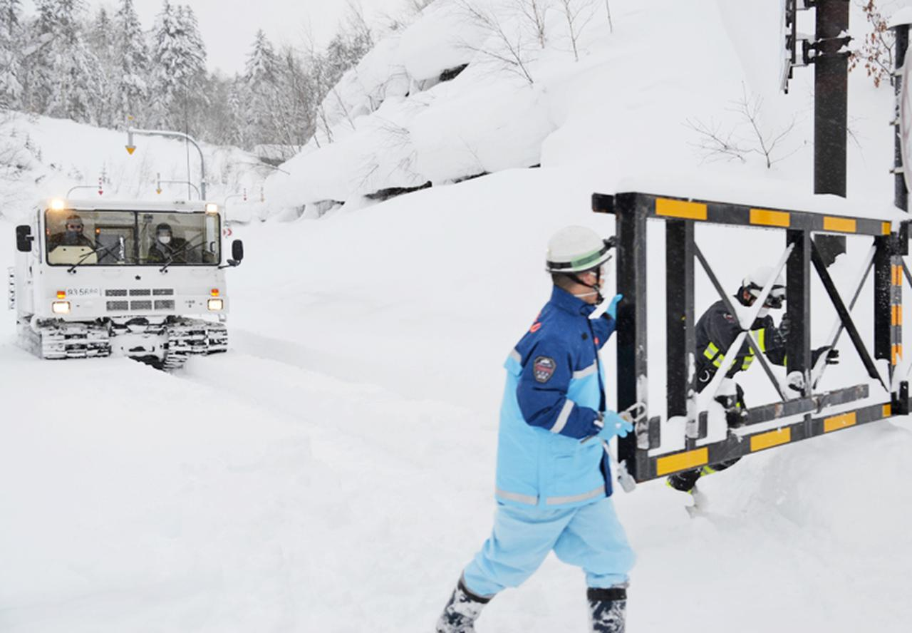 画像: 冬季間閉鎖されている道路を大型雪上車が通過