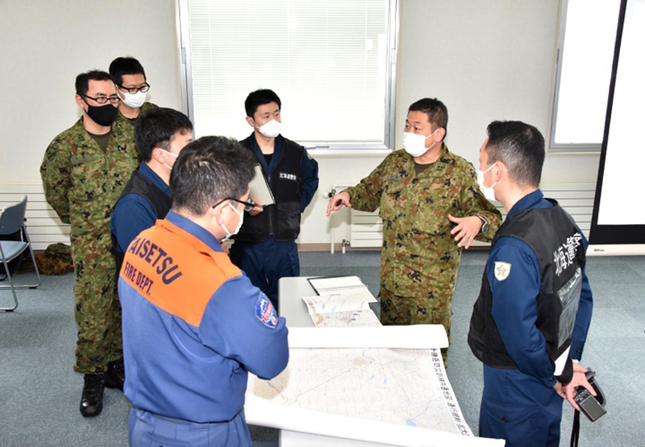 画像: 消防警察と連携要領を確認する情報幹部山本2尉
