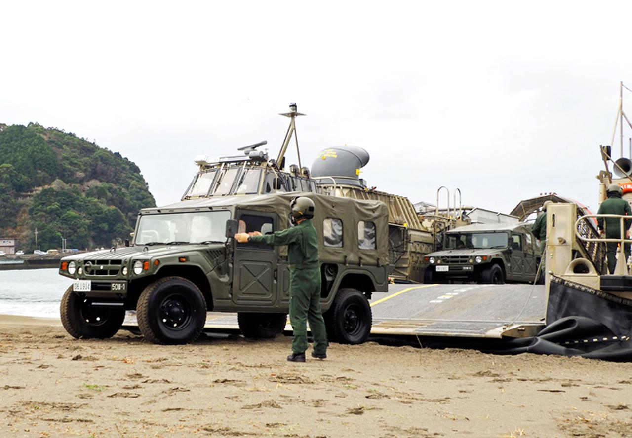 画像: 浜辺に上陸する第50普通科連隊