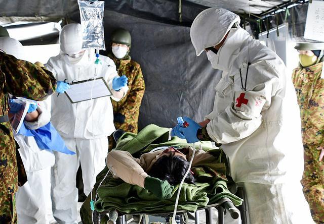 画像: 師団収容所における応急治療