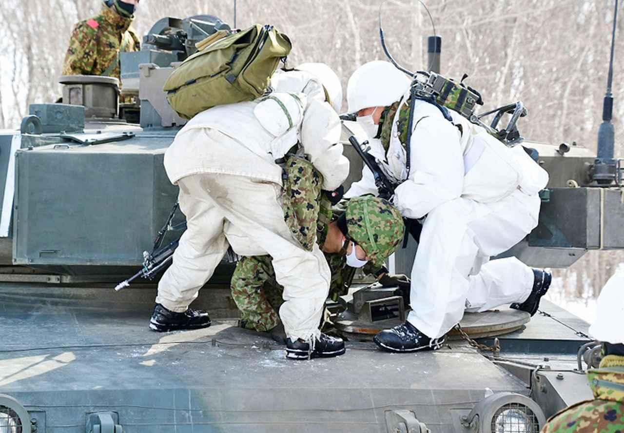 画像: 負傷者を搬出する隊員