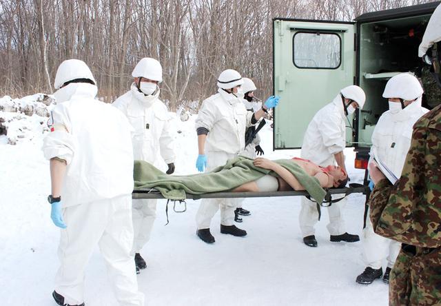 画像: 重症患者を搬送する救護員