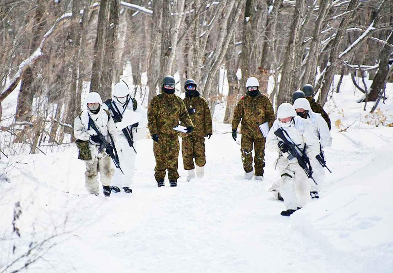 画像: 第一線の負傷現場へ前進する衛生小隊