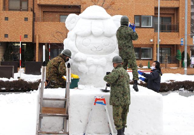 画像: 雪像制作の様子