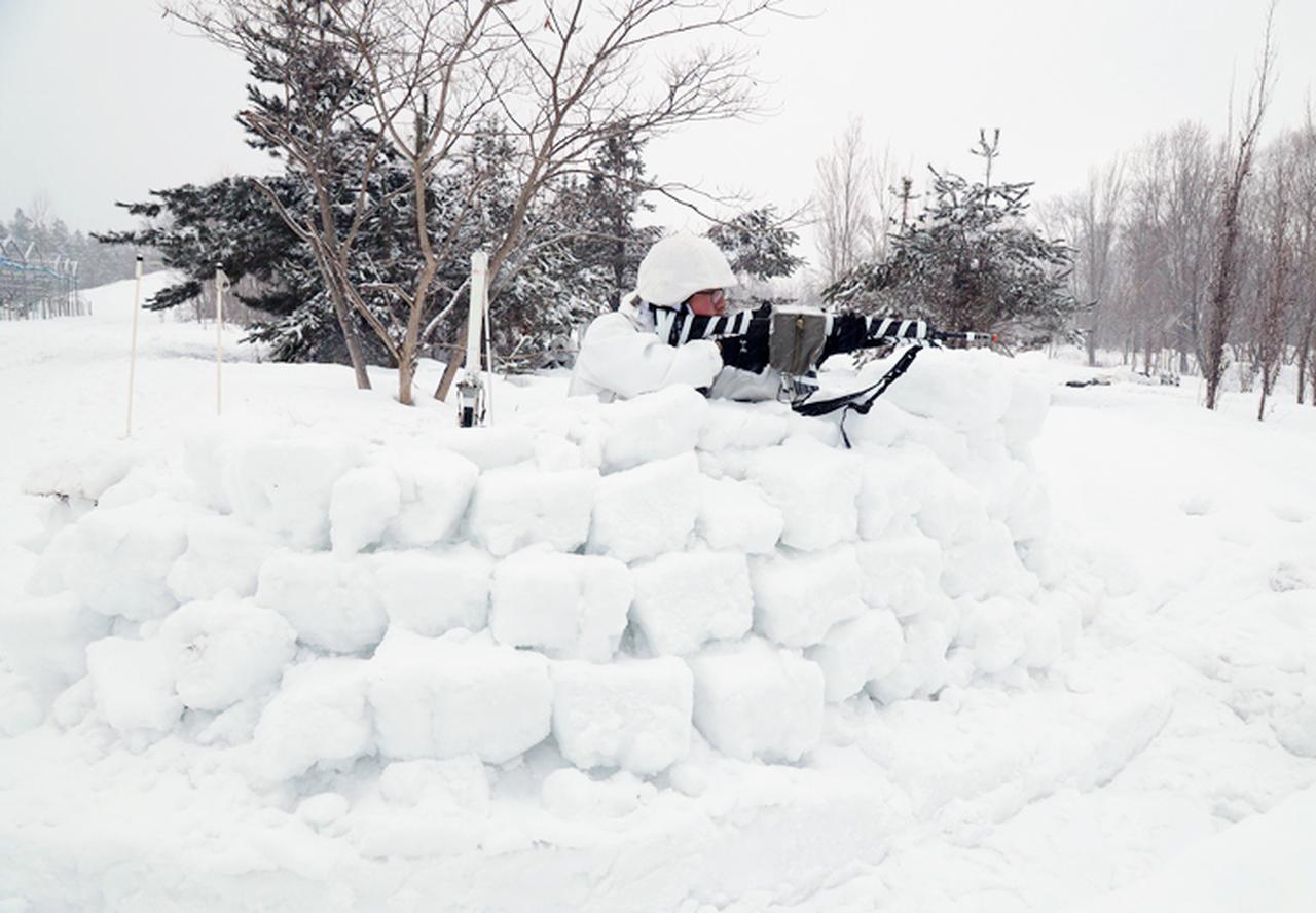 画像: 雪壁を構築
