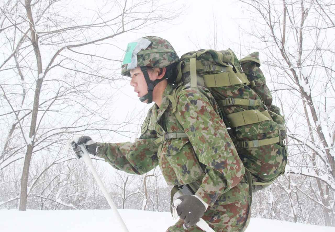 画像: 個人機動の部:懸命に滑走する女性自衛官