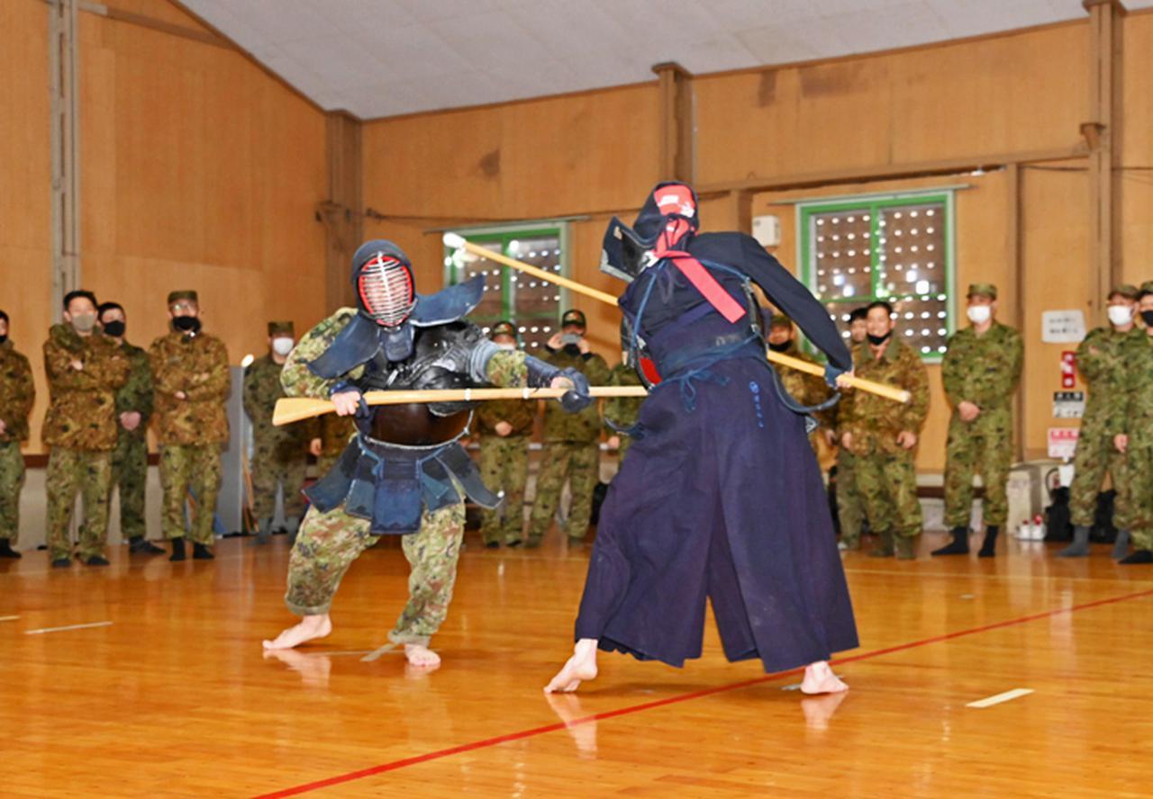 画像: 銃剣道で戦う大久保3尉(写真左)