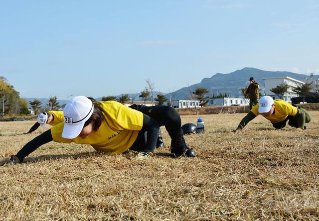 画像2: 水陸両用基本訓練課程が修了 女性隊員で初|相浦駐屯地