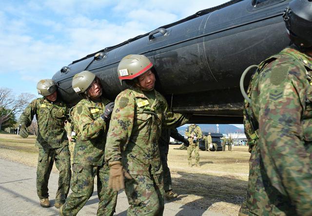 画像4: 水陸両用基本訓練課程が修了 女性隊員で初|相浦駐屯地