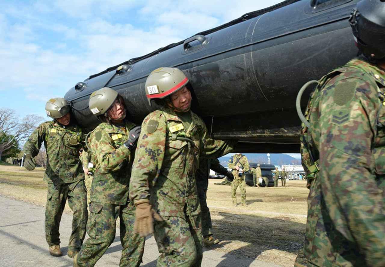 画像4: 水陸両用基本訓練課程を修了 女性隊員で初 相浦駐屯地