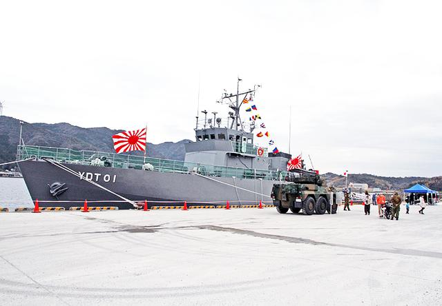 画像4: 水中処分母船を特別公開 出雲駐の装備品展示も 島根地本