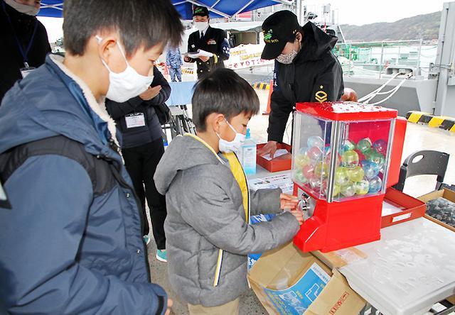 画像3: 水中処分母船を特別公開 出雲駐の装備品展示も 島根地本