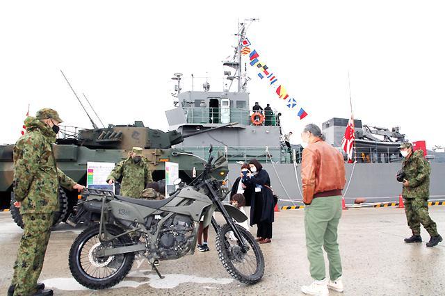 画像2: 水中処分母船を特別公開 出雲駐の装備品展示も 島根地本