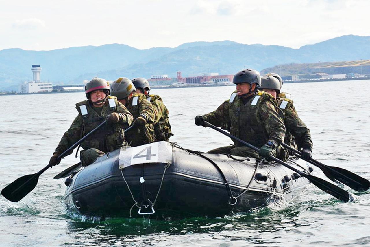 画像3: 水陸両用基本訓練課程を修了 女性隊員で初 相浦駐屯地