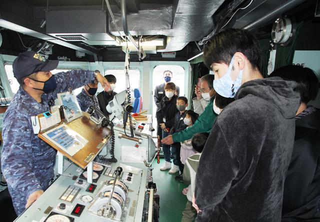 画像1: 水中処分母船を特別公開 出雲駐の装備品展示も 島根地本