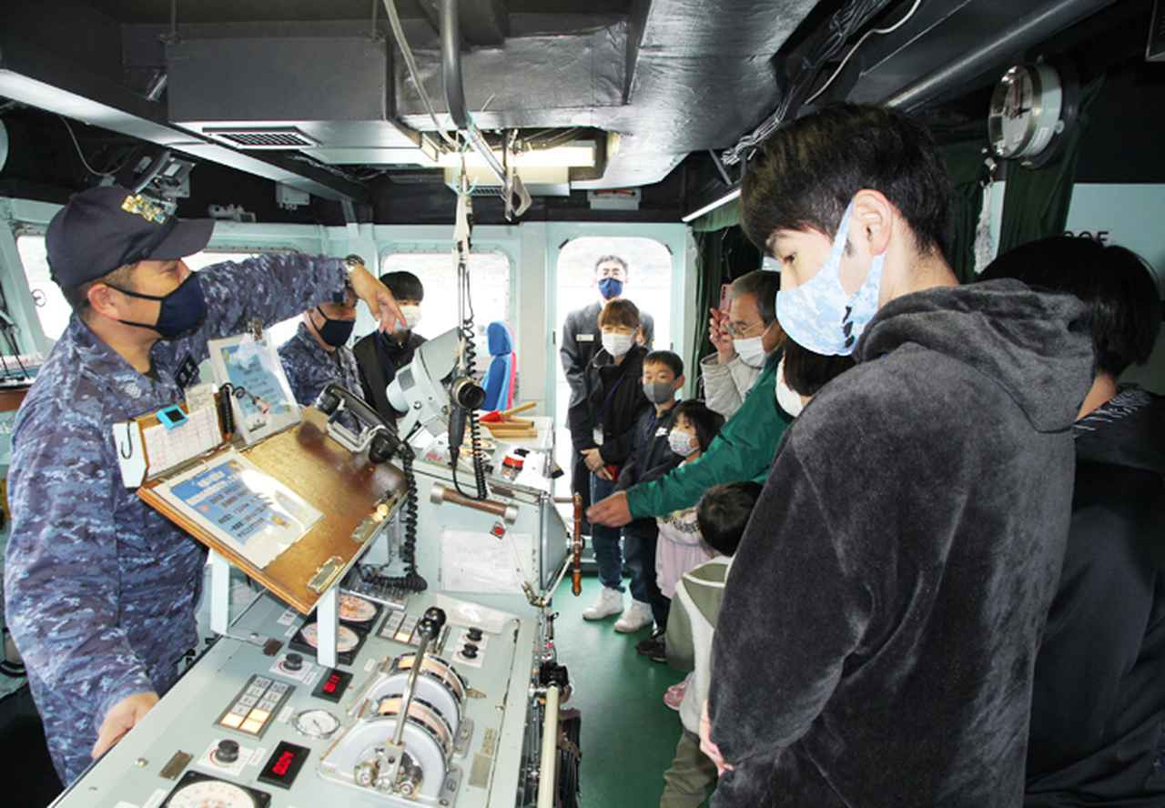 画像1: 水中処分母船を特別公開 出雲駐の装備品展示も|島根地本