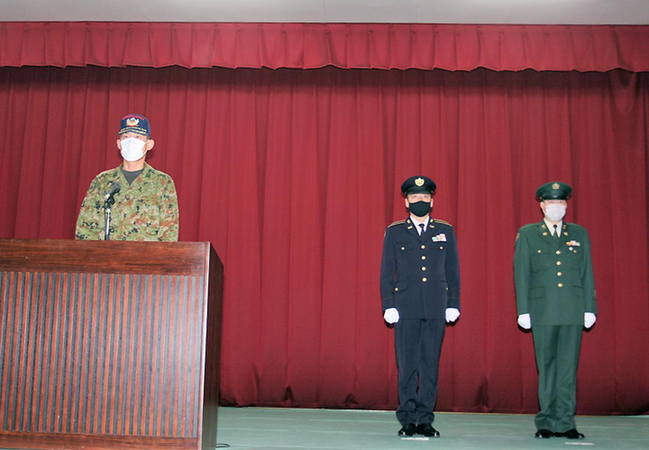 画像: 左から:西谷支処長、佐藤陸曹長、三島陸曹長