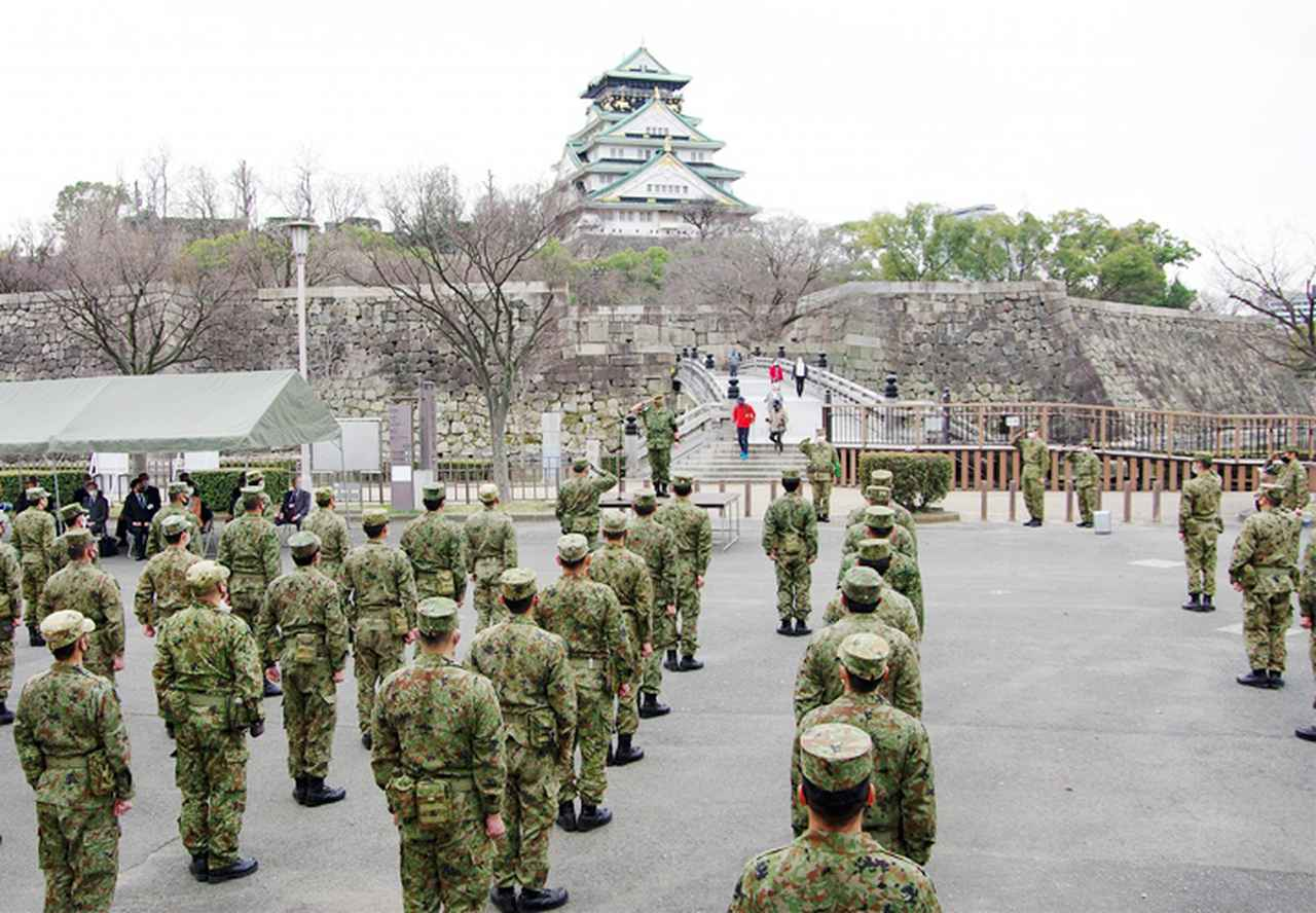 画像1: レンジャー隊員が大阪城で訓練 美化にも貢献 |伊丹駐屯地