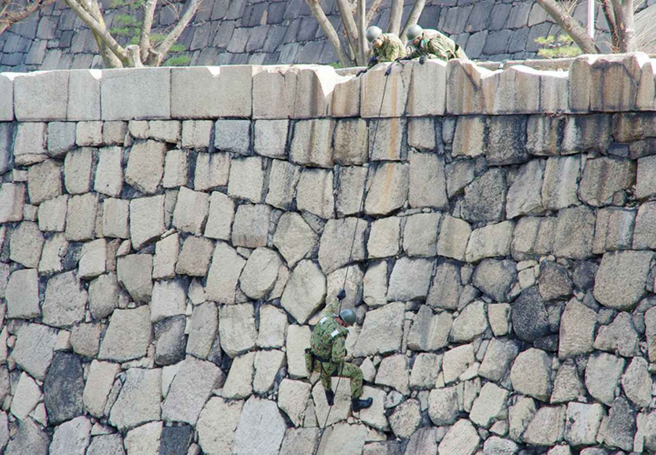 画像10: レンジャー隊員が大阪城で訓練 美化にも貢献 |伊丹駐屯地