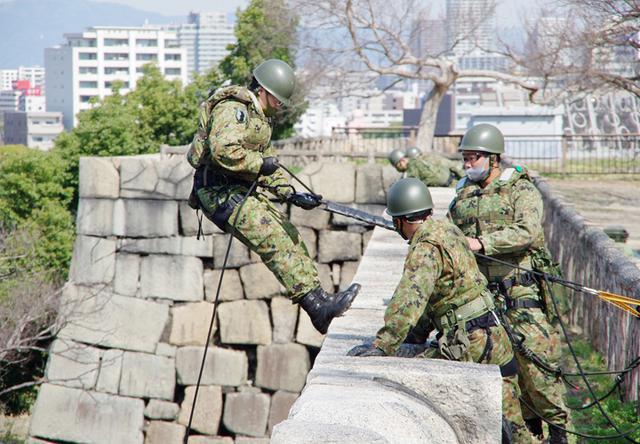 画像11: レンジャー隊員が大阪城で訓練 美化にも貢献 |伊丹駐屯地