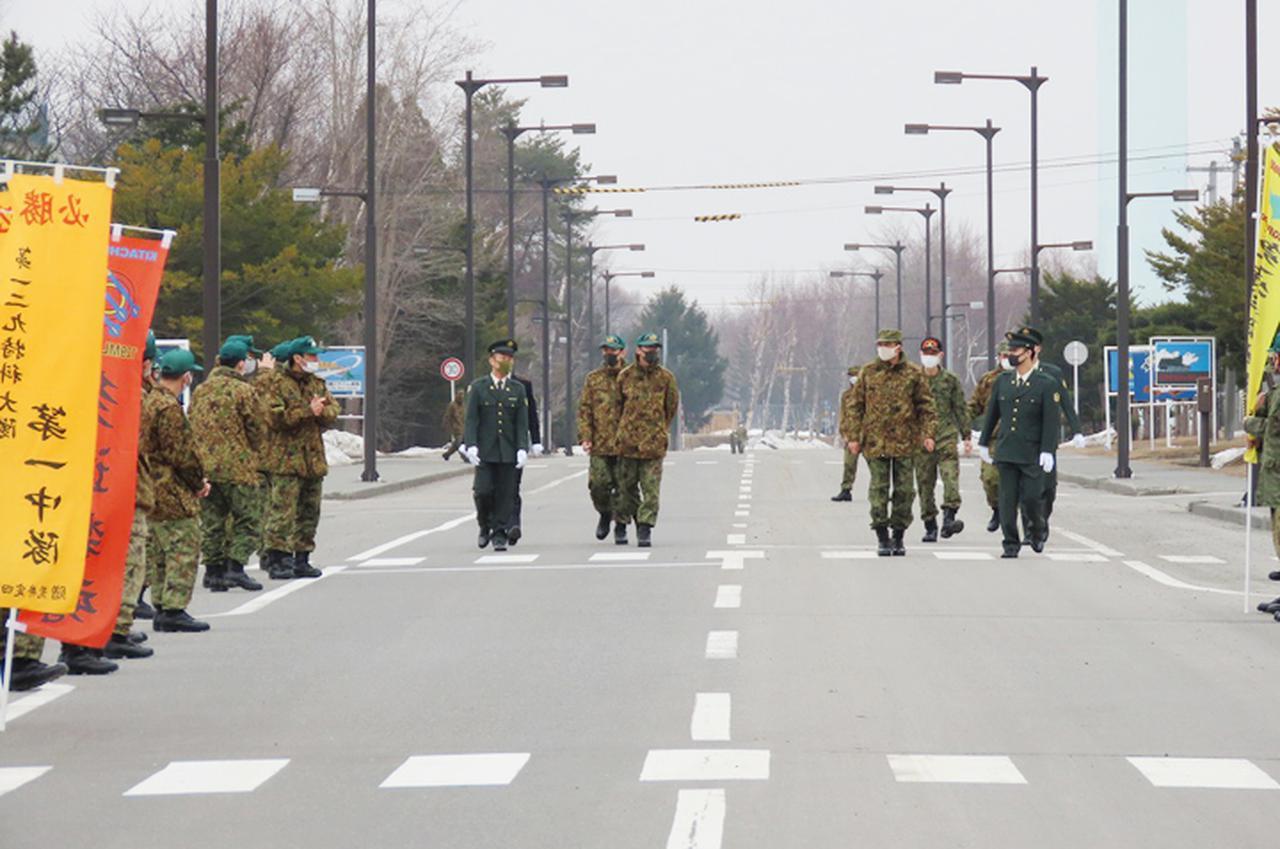 画像: 中隊長に引率され最後の花道へ