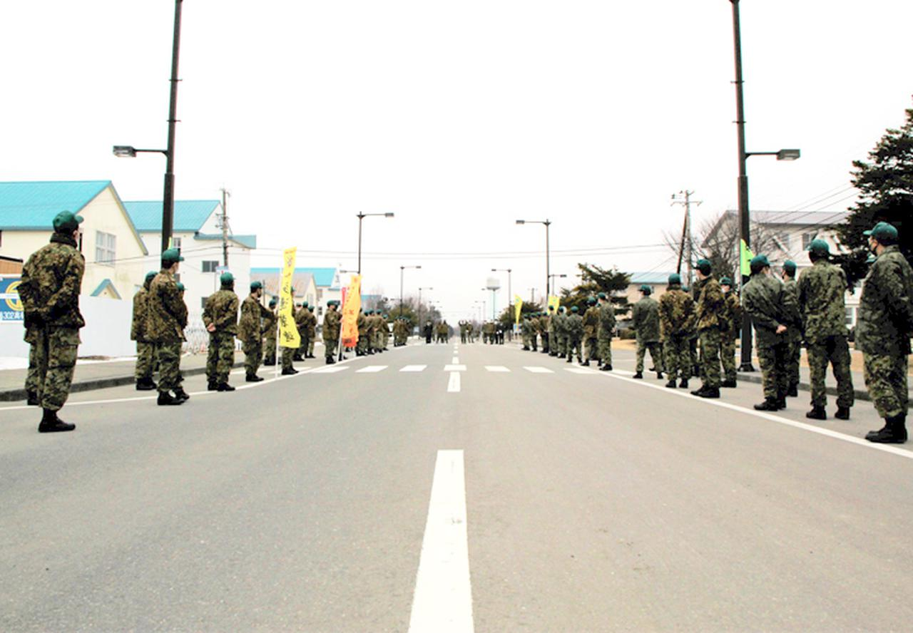 画像: メイン通りで部隊による見送り