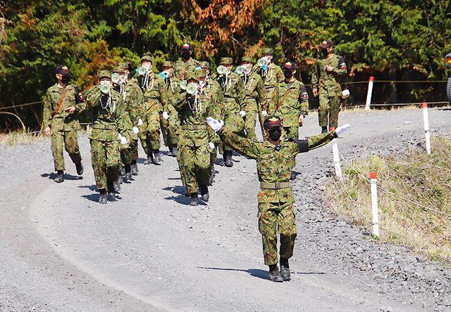 画像: 列を揃え一致団結して行進する隊員