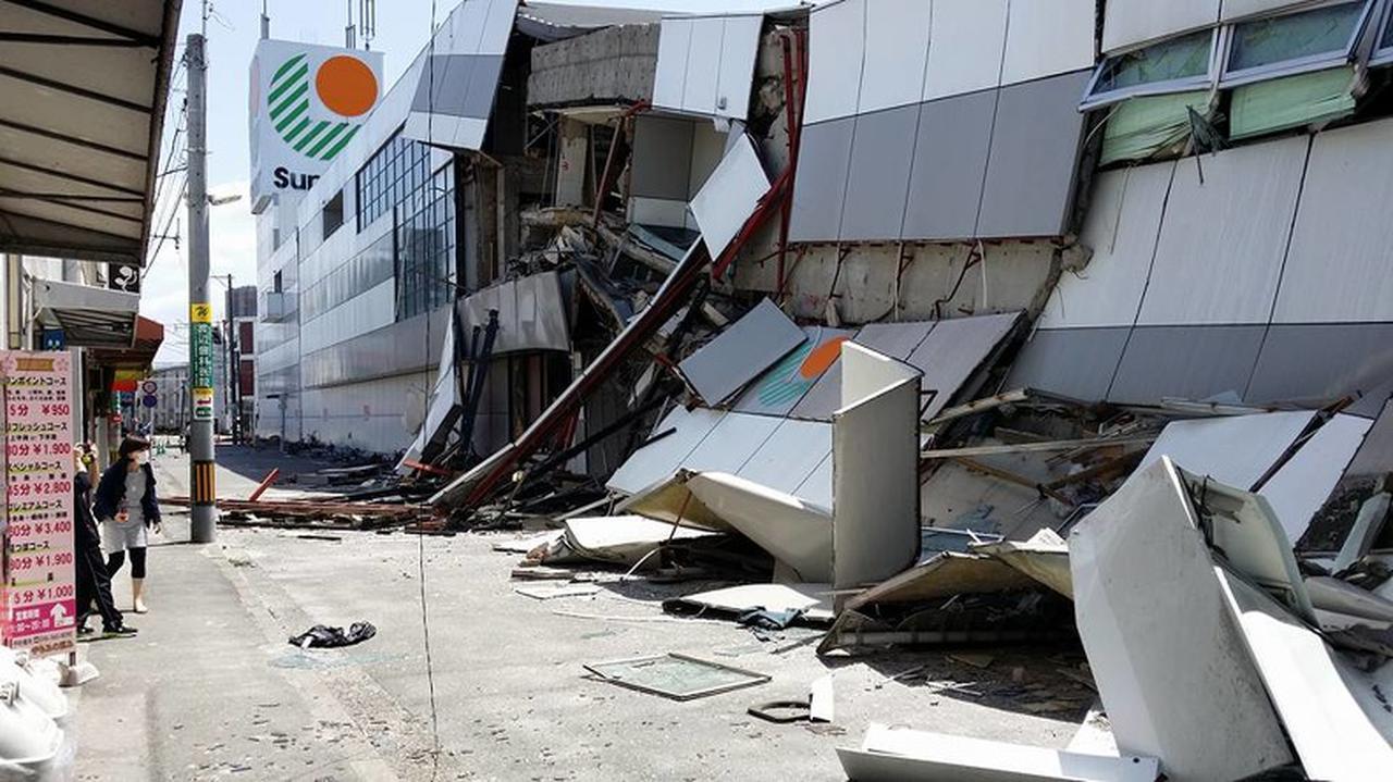 画像: 崩れ落ちた外壁パネル(熊本地震) 出典:熊本素材写真アーカイブス・キロクマ!