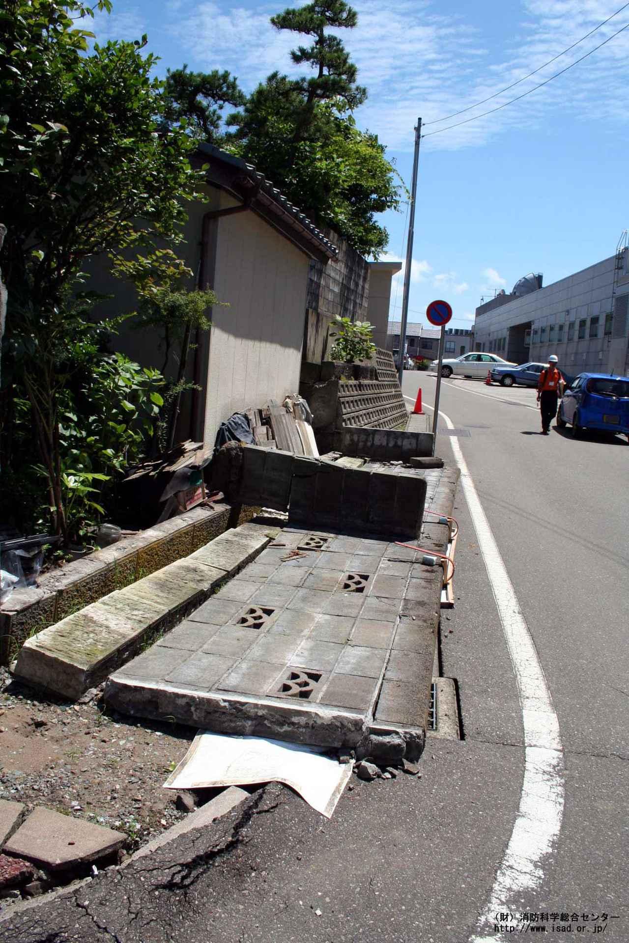 画像: 倒れたブロック塀(新潟中越沖地震) 出典:消防庁ホームページ www.fdma.go.jp