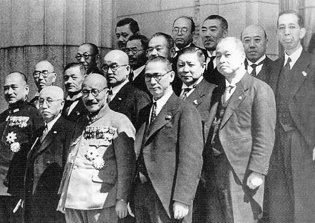 画像: 1941年(昭和16年)10月18日、東條内閣の閣僚らと ja.wikipedia.org