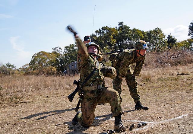画像: 手榴弾投擲