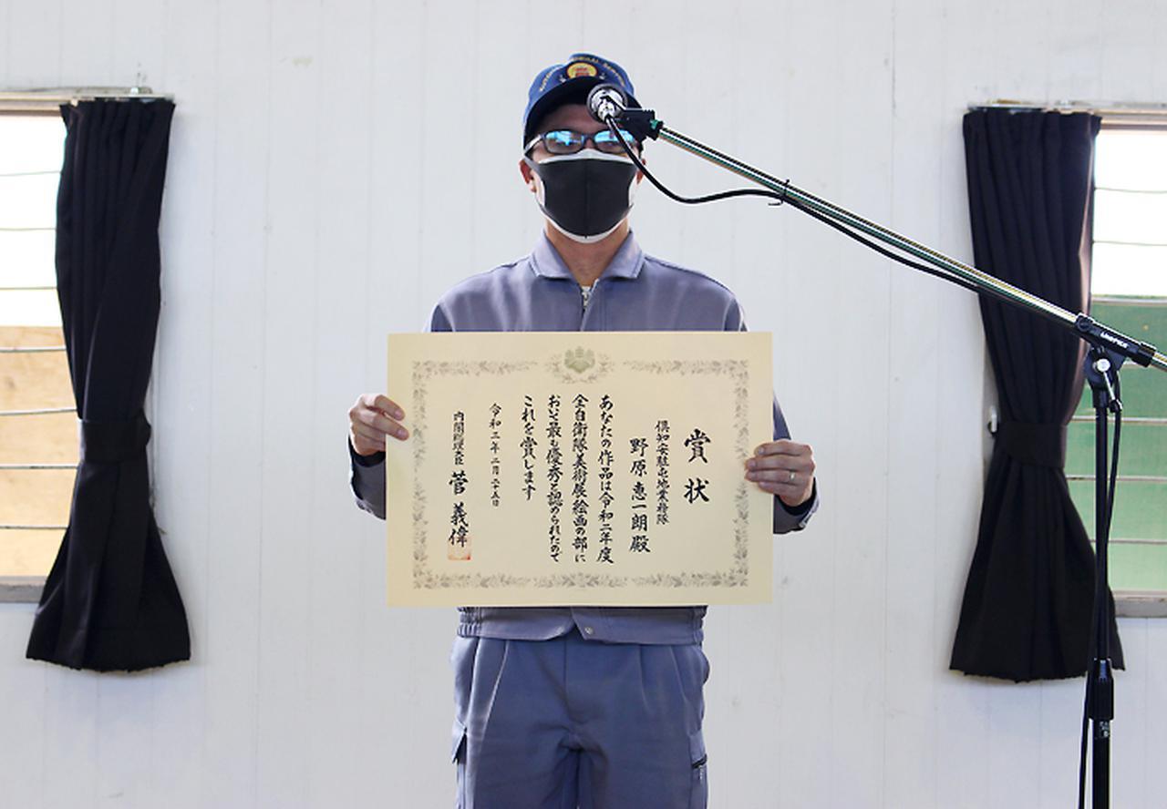 画像: 駐屯地朝礼で拍手を受ける野原技官