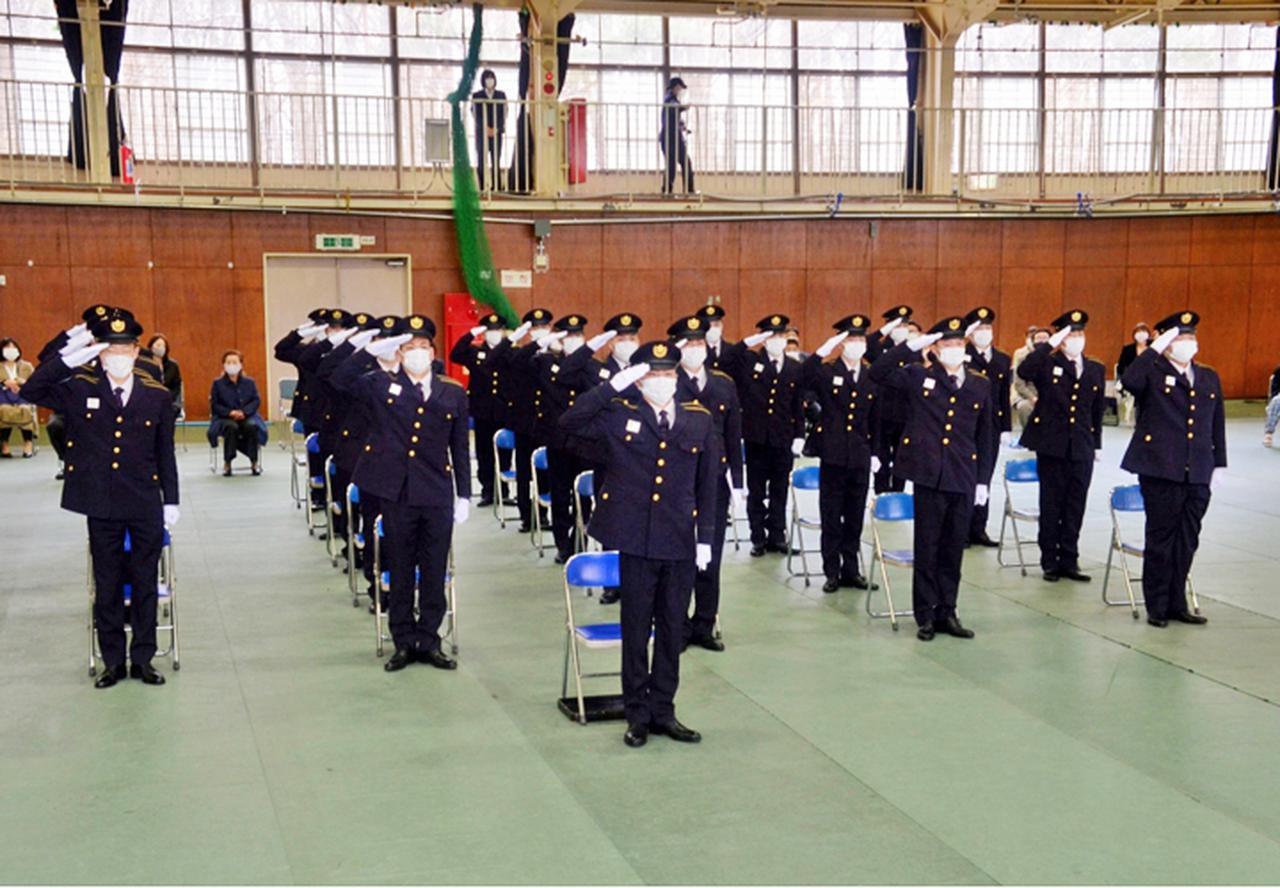 画像: 連隊長に対し敬礼